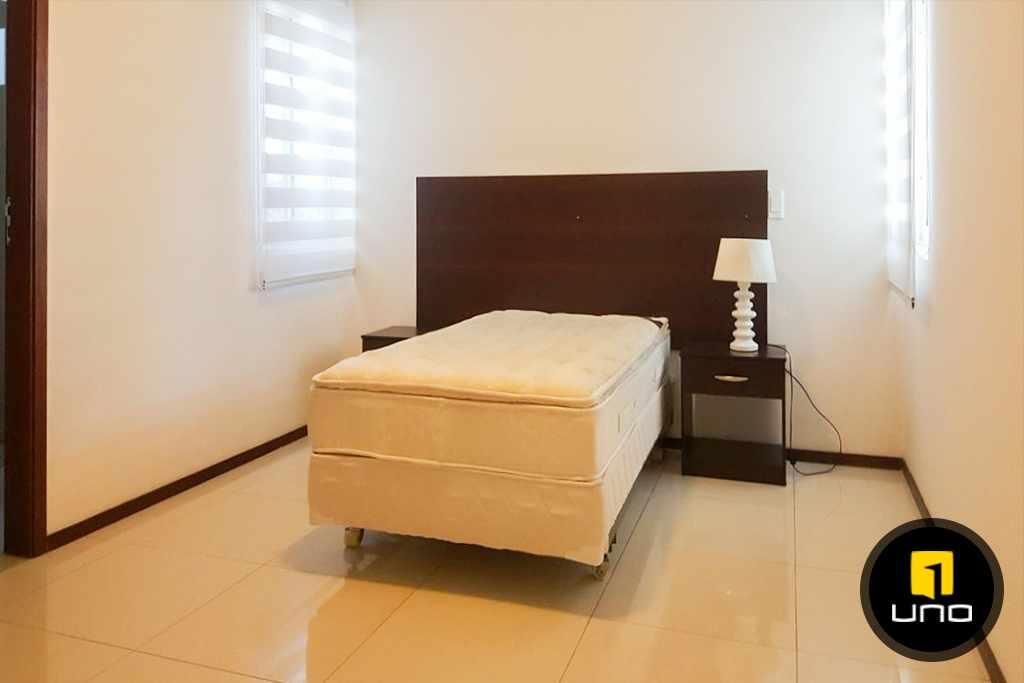Casa en Alquiler LINDA Y AMPLIA CASA AMOBLADA EN CONDOMINIO PRIVADO ZONA OESTE 6TO ANILLO Foto 2