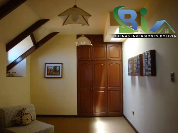 Casa en Alquiler $us.1800 ALQUILER RESIDENCIA COLONIAL 1100M2 URB. BOSQUE SUR Foto 2
