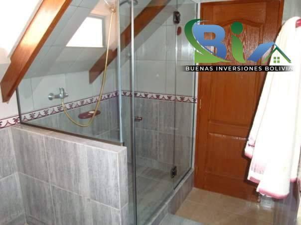 Casa en Alquiler $us.1800 ALQUILER RESIDENCIA COLONIAL 1100M2 URB. BOSQUE SUR Foto 4