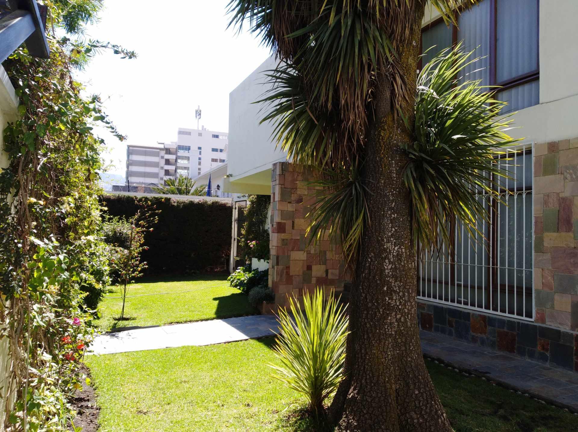 Casa en Alquiler CALACOTO calle 16 a 1/2 cuadra de la Av. Julio C. Patiño.  Foto 2