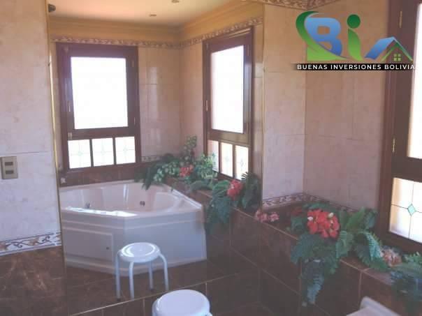 Casa en Alquiler $us.1800 ALQUILER RESIDENCIA COLONIAL 1100M2 URB. BOSQUE SUR Foto 10