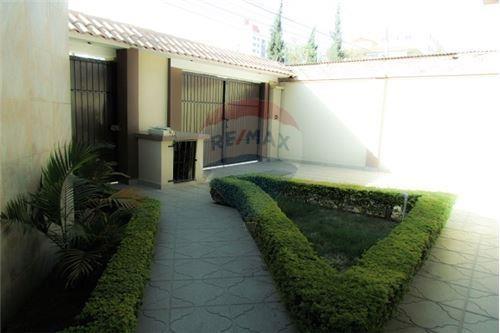 Casa en Venta ACOGEDORA Y AMPLIA CASA EN ZONA SARCO Foto 2